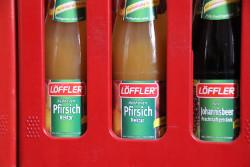 foto: saftflaschen im kasten